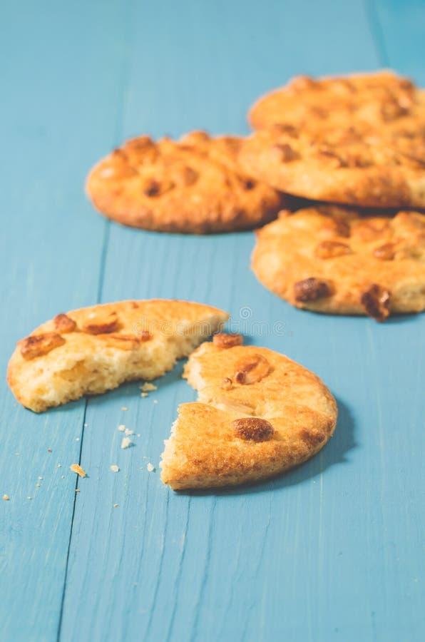 cookies da microplaqueta com porcas/cookies da microplaqueta com porcas em um fundo de madeira azul, fim acima fotos de stock