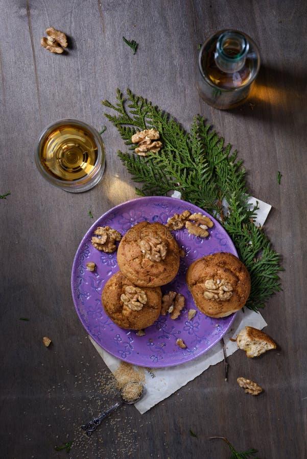 Cookies da noz, suportadas recentemente em uma placa e em um vidro do vinho Sobremesa romântica da noite Vista superior, espaço d fotografia de stock