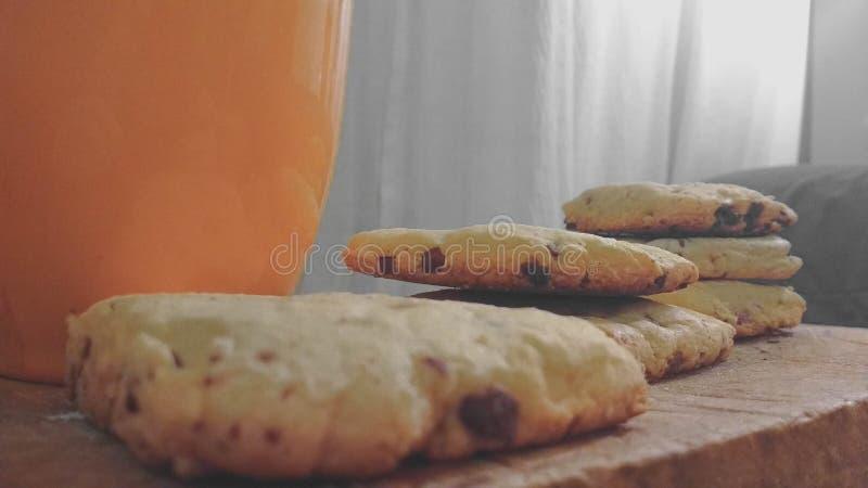 Cookies das microplaquetas sobre uma tabela imagem de stock