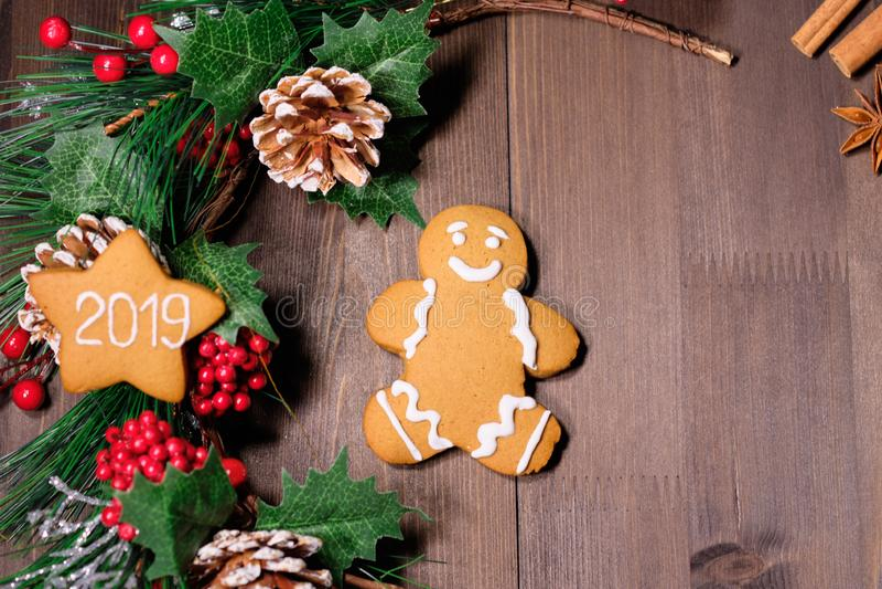 Cookies de amêndoa no fundo de madeira marrom com árvore de Natal foto de stock
