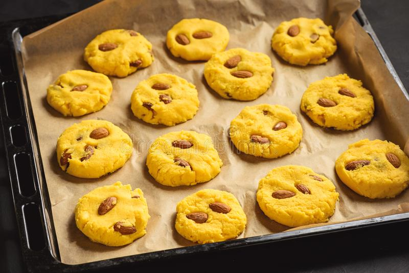 Cookies de biscoito amanteigado caseiros do milho com molho da amêndoa e do caramelo imagem de stock