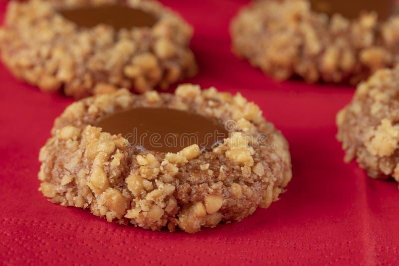 Cookies de biscoito amanteigado feitas da massa da noz com caramelo em um guardanapo vermelho fotos de stock