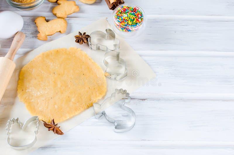 Cookies de cozimento da Páscoa, feriado que cozinha fundos foto de stock