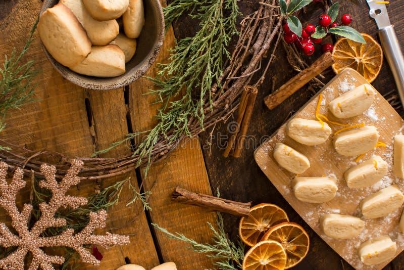 Cookies de cozimento do Natal da configuração lisa acolhedor do Natal foto de stock