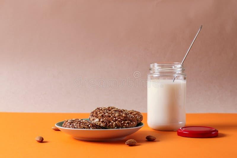 Cookies de farinha de aveia caseiros com leite na tabela velha Conceito saudável do petisco do alimento Copie o espaço fotos de stock