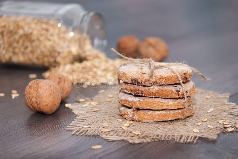 Cookies de farinha de aveia caseiros com a noz no fundo de madeira Petisco saudável imagem de stock