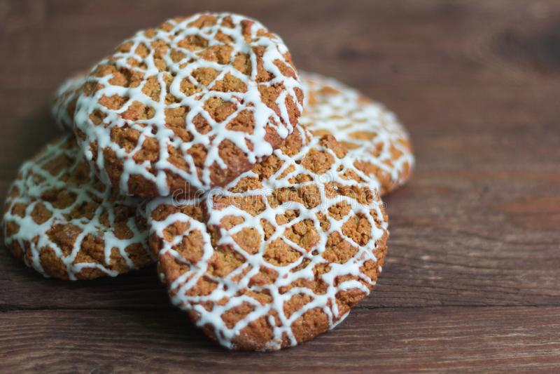 Cookies de farinha de aveia cobertas com o chocolate branco em um fundo de madeira, close-up imagem de stock