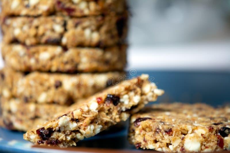 Cookies de farinha de aveia com amêndoas dos arandos e chocolate branco imagem de stock royalty free