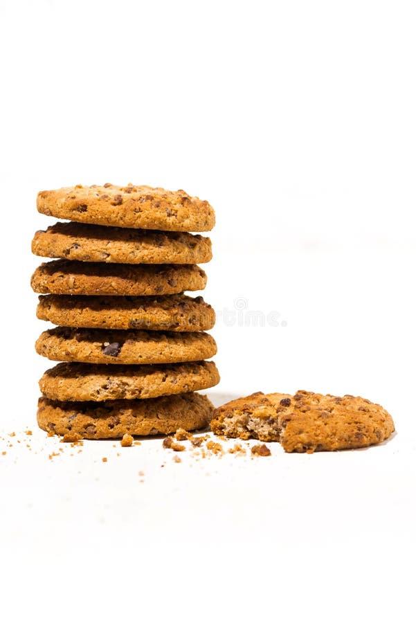 cookies de farinha de aveia dos pedaços de chocolate no fundo branco, vertical foto de stock