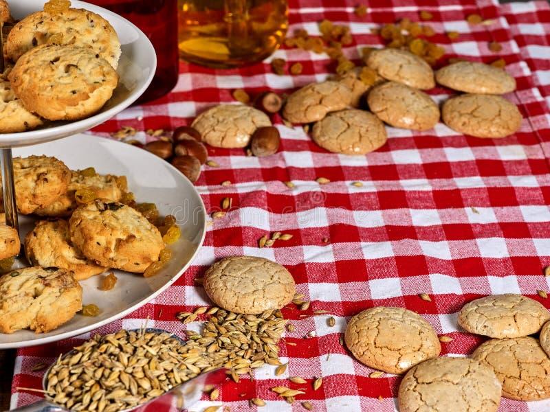 Cookies de farinha de aveia no suporte do bolo da série foto de stock