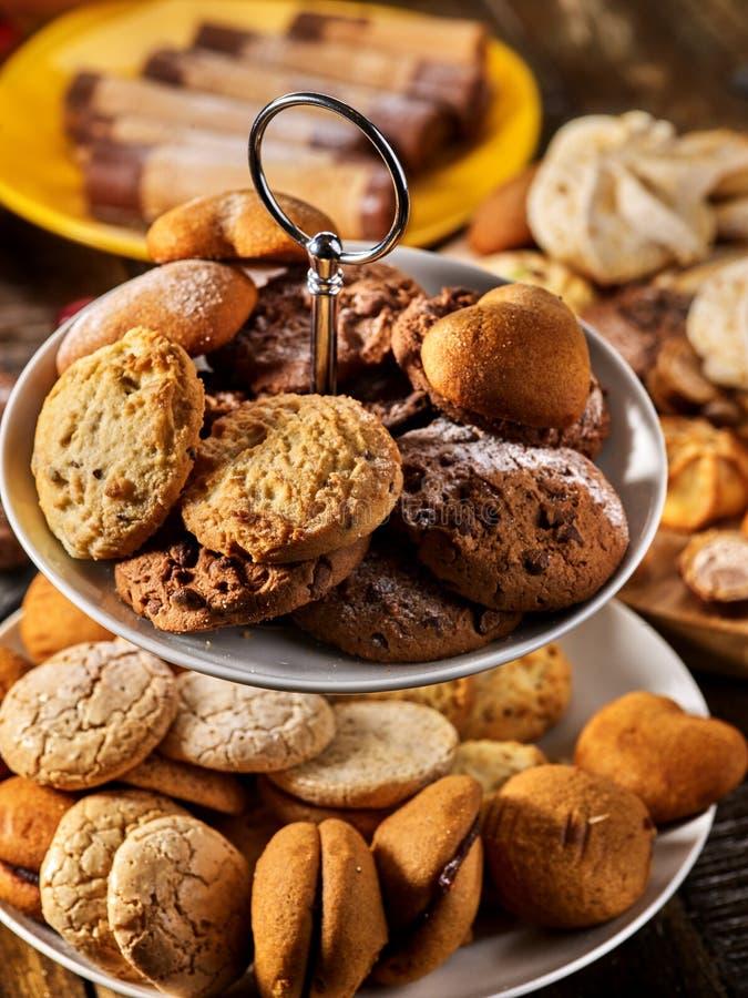 Cookies de farinha de aveia, rolos friáveis da bolacha no suporte do bolo da série fotografia de stock
