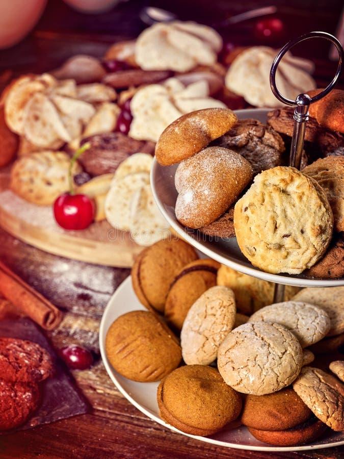 Cookies de farinha de aveia, rolos friáveis da bolacha no suporte do bolo da série foto de stock royalty free