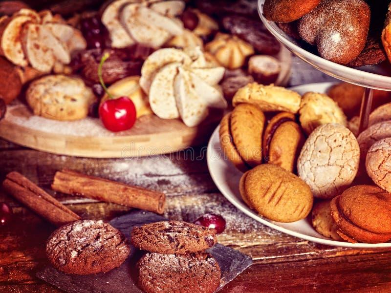 Cookies de farinha de aveia, rolos friáveis da bolacha no suporte do bolo da série foto de stock