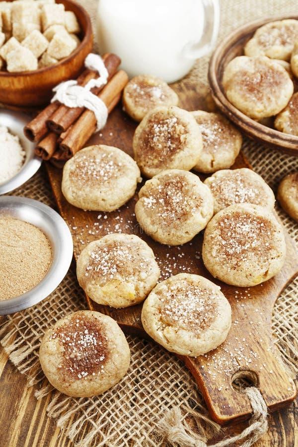 Download Cookies De Farinha De Aveia Caseiros Com Canela Foto de Stock - Imagem de comer, prato: 65579762