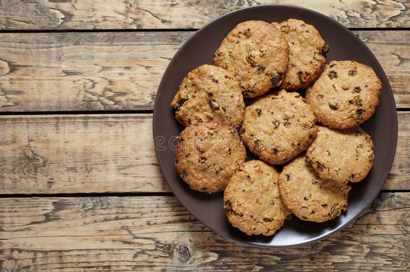 Cookies de farinha de aveia caseiros do cereal com passas e a sobremesa doce saudável do chocolate fotos de stock royalty free