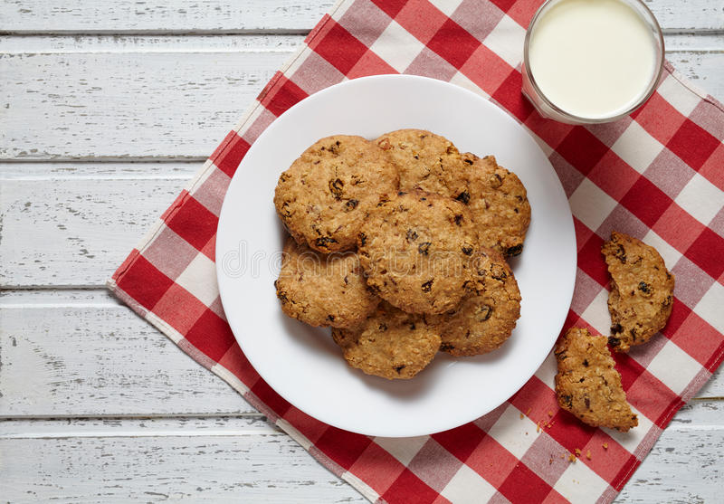 Cookies de farinha de aveia caseiros tradicionais com o petisco doce saudável da sobremesa das passas fotos de stock