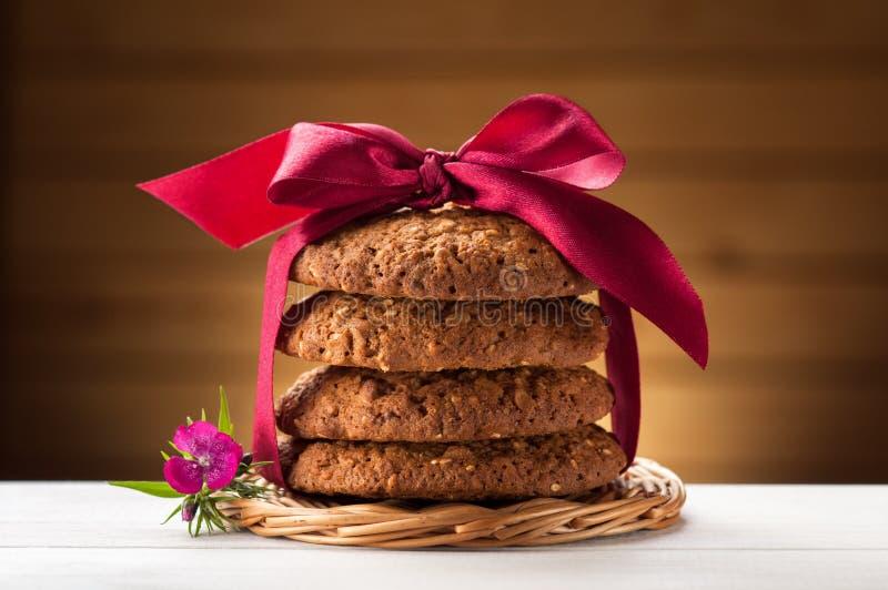 Cookies de farinha de aveia na tabela branca fotos de stock royalty free