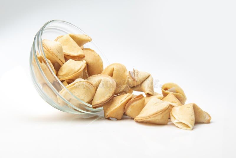 Cookies de fortuna derramadas da bacia imagem de stock