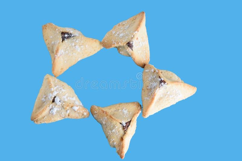 Cookies de Hamantaschen isoladas no fundo azul foto de stock royalty free