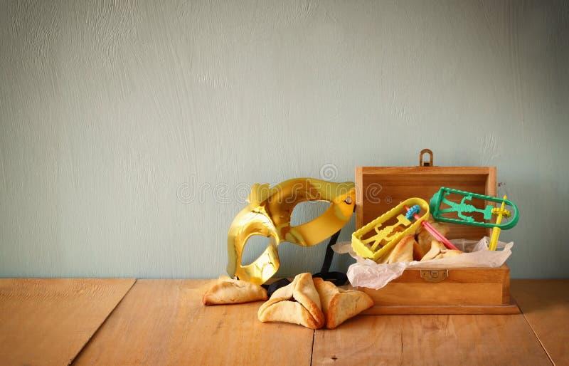 Cookies de Hamantaschen ou orelhas e máscara dos hamans para a celebração de Purim (feriado judaico) fotos de stock royalty free