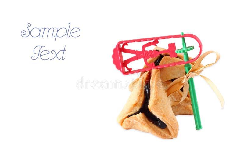 Cookies de Hamantaschen ou orelhas e Noisemaker dos hamans para a celebração de Purim. isolado fotografia de stock royalty free