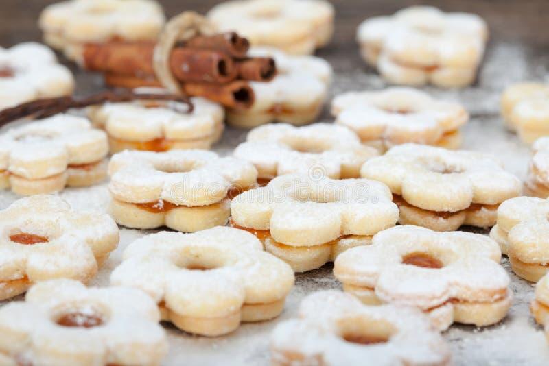 Cookies de Linzer com doce do abricó fotografia de stock