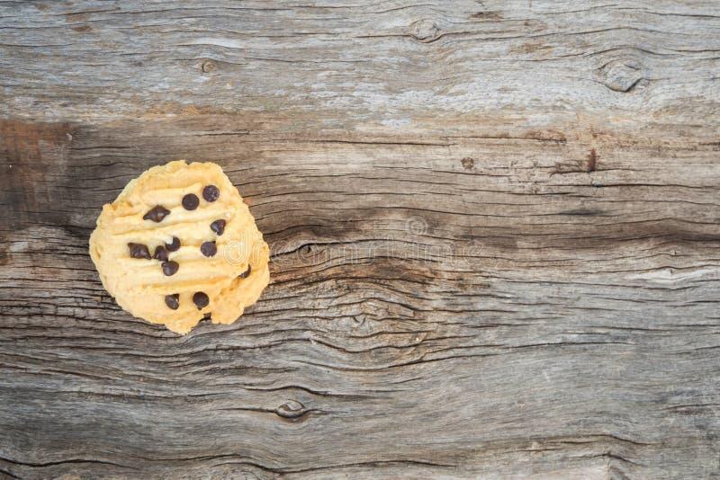 Cookies de manteiga do close up com cobertura dos pedaços de chocolate em vagabundos de madeira fotografia de stock royalty free