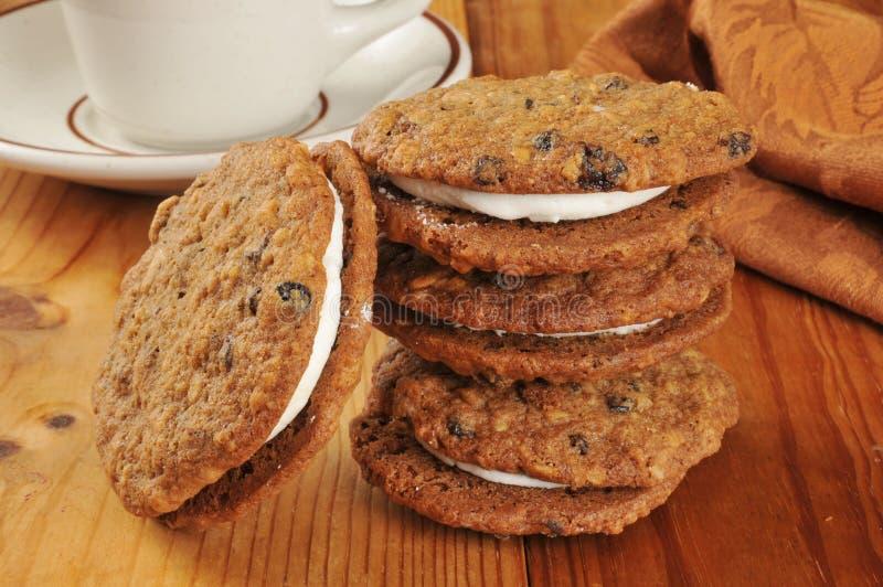 Cookies de melaço enchidas creme da farinha de aveia foto de stock