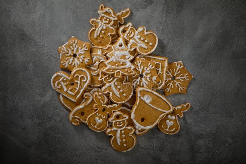Cookies de Noël avec ornement de Noël De savoureux biscuits de Noël faits maison photographie stock libre de droits