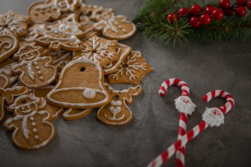 Cookies de Noël avec ornement de Noël De savoureux biscuits de Noël faits maison images stock
