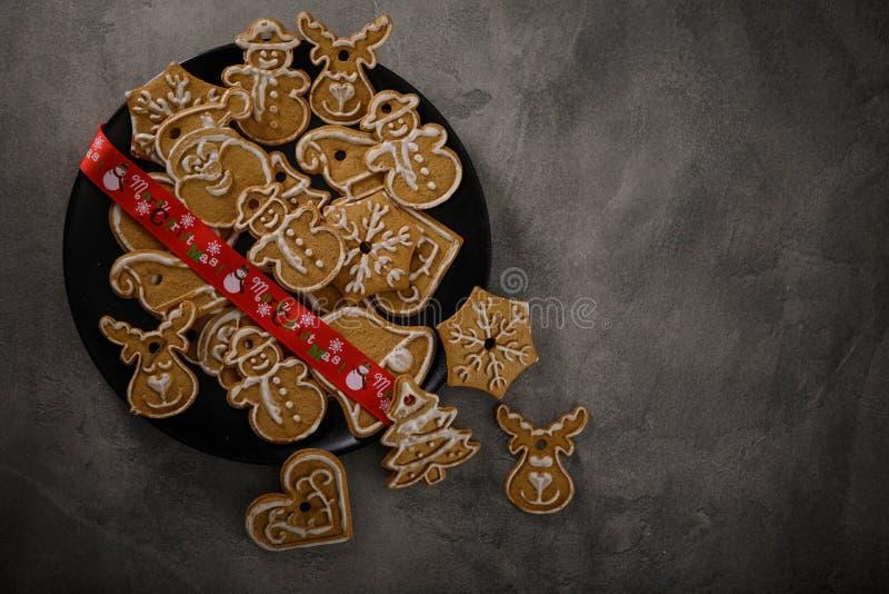 Cookies de Noël avec ornement de Noël Savoureux gâteaux de Noël faits maison sur plaque noire photos libres de droits