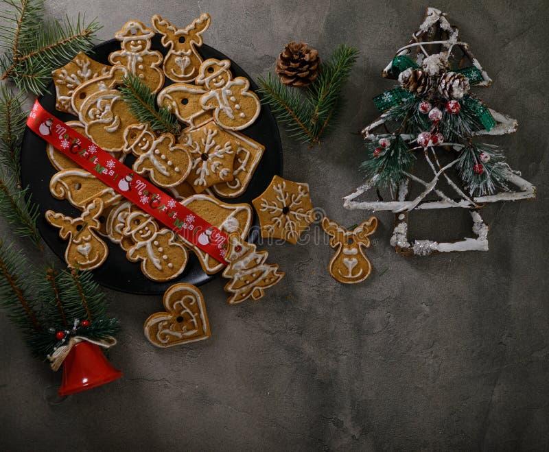 Cookies de Noël avec ornement de Noël Savoureux gâteaux de Noël faits maison sur plaque noire image libre de droits