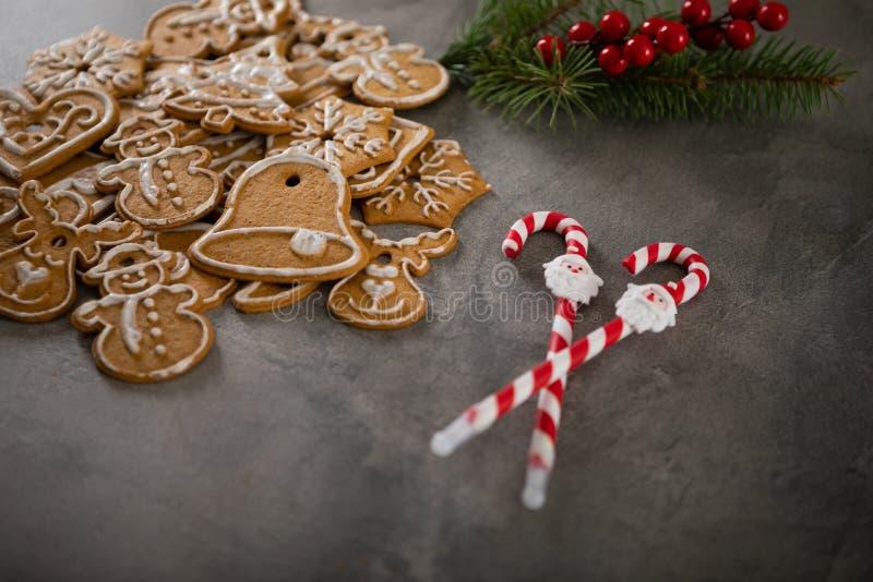 Cookies de Noël avec ornement de Noël Savoureux gâteaux de Noël faits maison sur plaque noire image stock