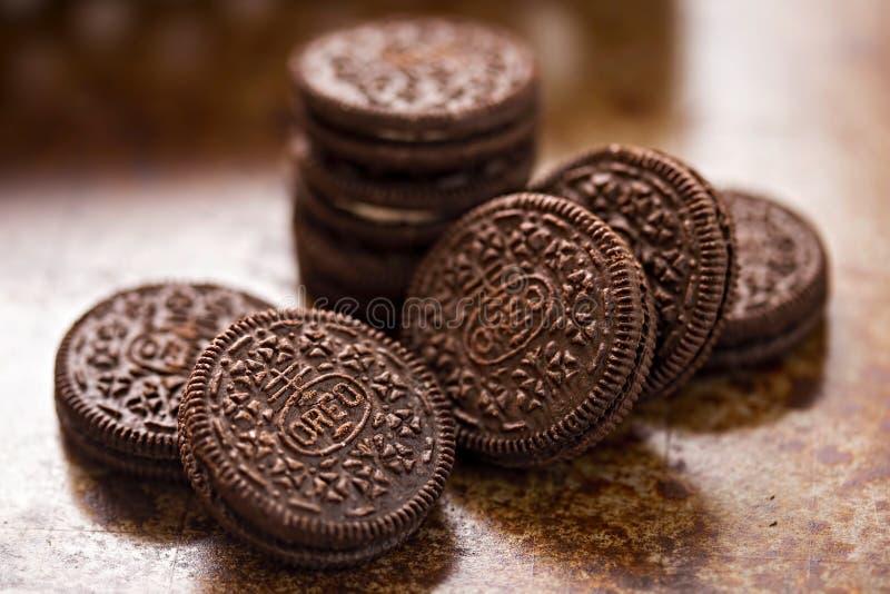 Cookies de Oreo no fundo do marrom escuro imagens de stock royalty free
