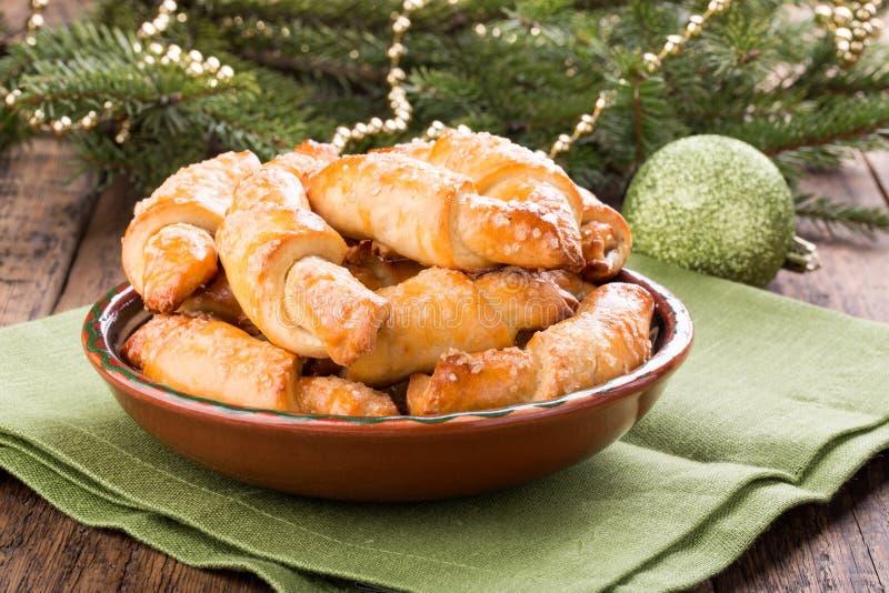 Cookies de Rugelach na decoração do Natal imagem de stock
