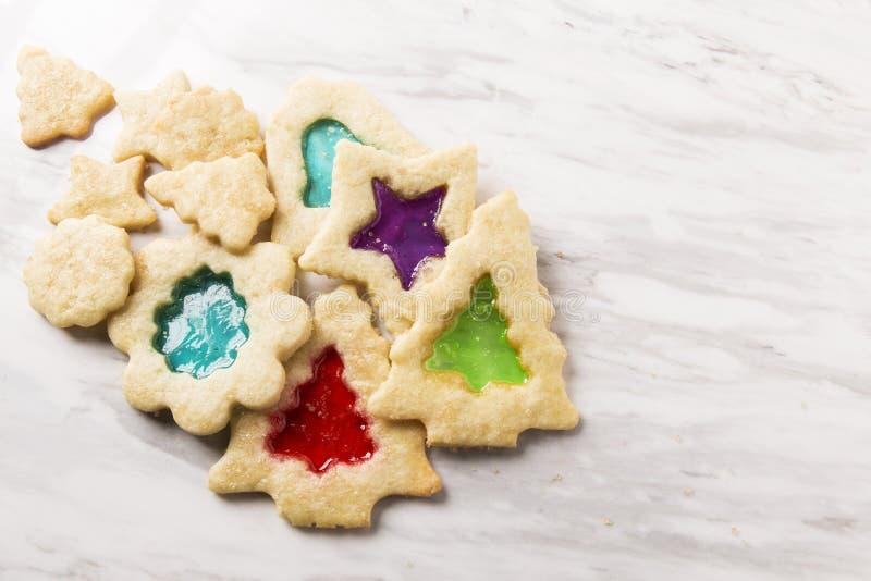 Cookies de vidro do Natal da mancha fotos de stock royalty free