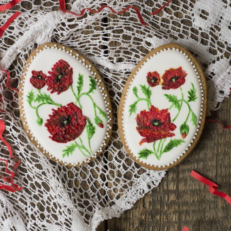 Cookies decoradas com as papoilas vermelhas no estilo do vintage no fundo de madeira para o dia de Valentim Presente para o dia o imagem de stock royalty free