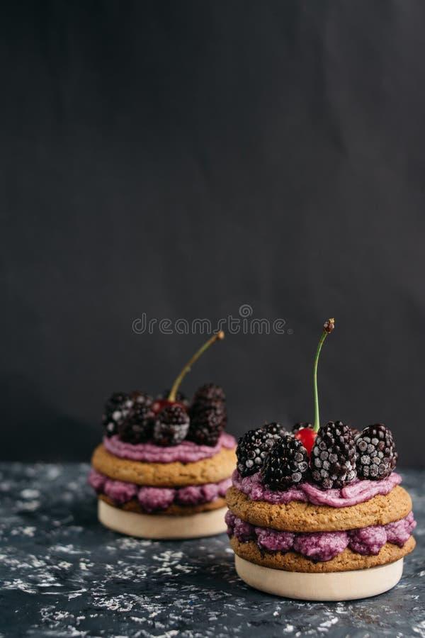 Cookies deliciosas com as bagas de creme e frescas foto de stock
