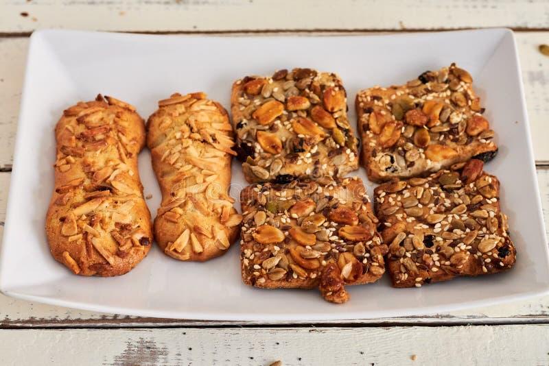 Cookies deliciosas com porcas e sementes imagens de stock royalty free