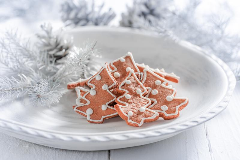 Cookies deliciosas do pão-de-espécie do Natal na placa branca foto de stock