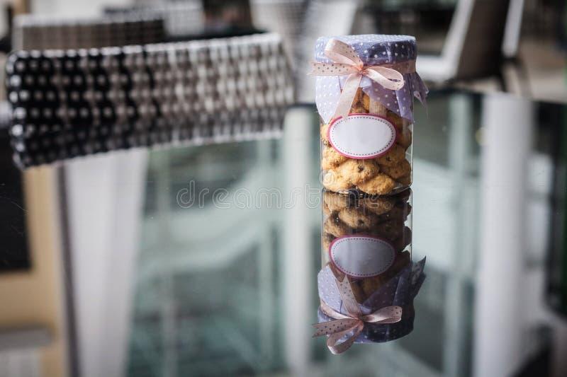 Cookies dentro do frasco com etiqueta vazia branca fotografia de stock royalty free