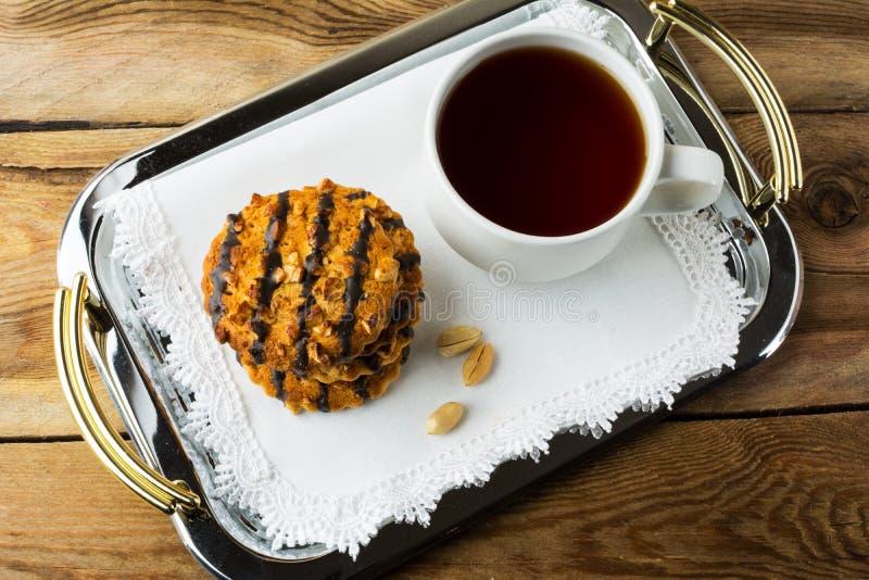 Cookies do amendoim que revestem o chocolate fotografia de stock royalty free