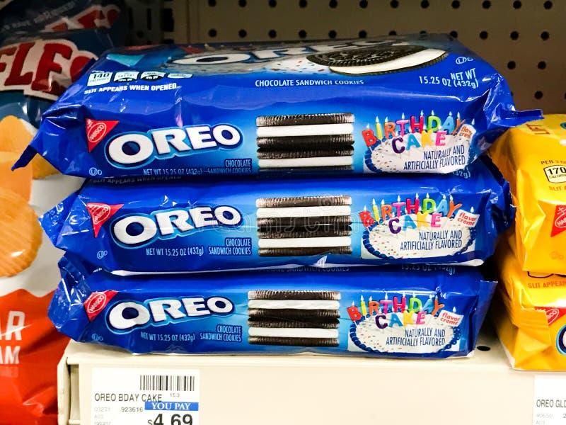 Cookies do bolo de aniversário de Oreo para a venda em um CVS fotografia de stock royalty free