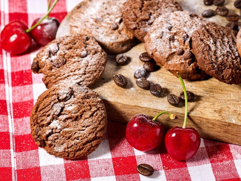 Cookies do chocolate da farinha de aveia com gr?os de caf? e cereja Alargamento de Sun foto de stock royalty free