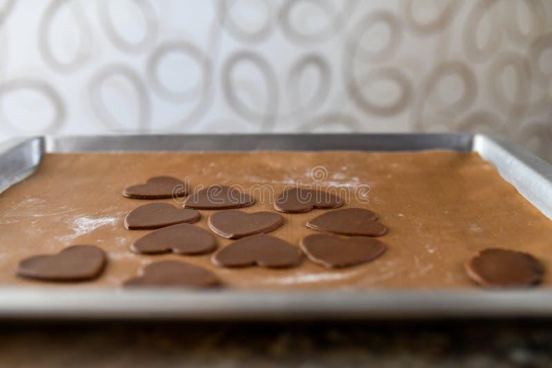 Cookies do chocolate sob a forma do coração, vista superior, pastelaria no fogão, preparação da massa fotos de stock