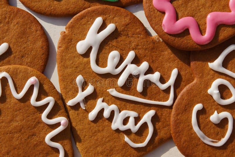 Cookies do coração do pão-de-espécie com Natal-cumprimentos foto de stock