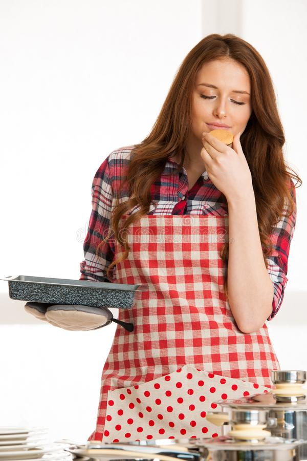 Cookies do cozimento da mulher na cozinha imagem de stock royalty free