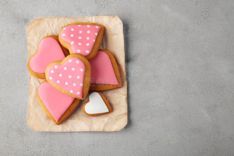 Cookies do dia do ` s do Valentim no papel do ofício imagem de stock