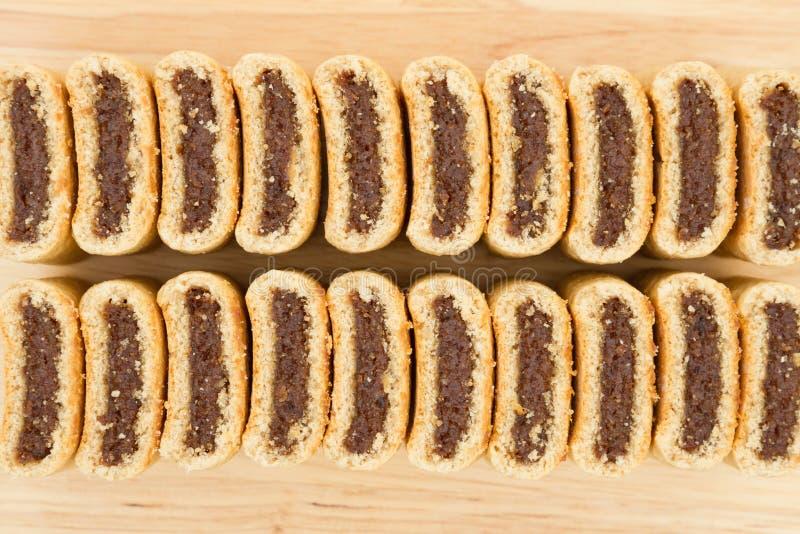 Cookies do figo em seguido em uma tabela de madeira fotografia de stock