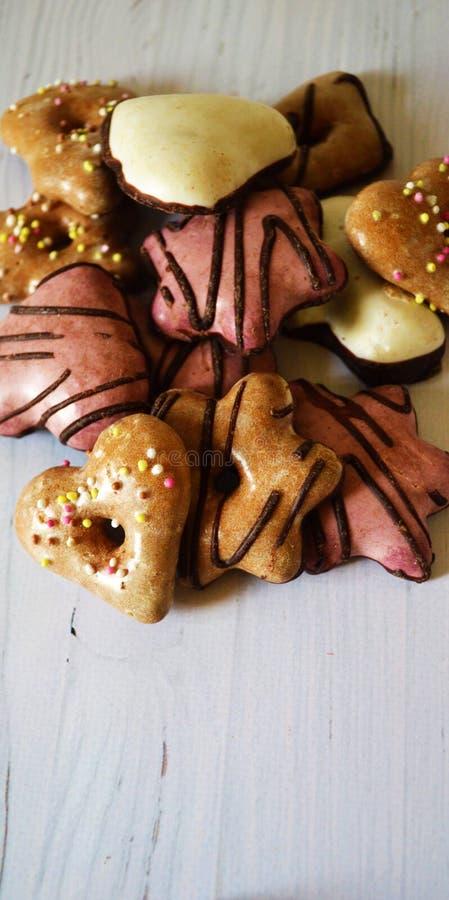 Cookies do gengibre com esmalte do açúcar em um fundo de madeira branco imagens de stock royalty free